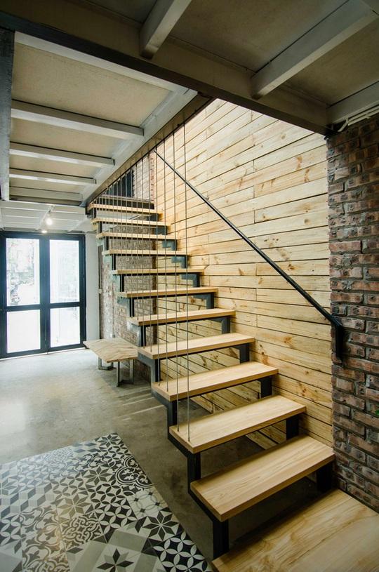 Cầu thang mặt gỗ tự nhiên kết hợp với sắt hộp cực hợp cho nhà nhỏ.