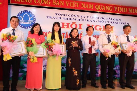 Bà Thân Thị Thư (giữa), Trưởng Ban Tuyên giáo Thành ủy TP HCM, tặng hoa cho các cá nhân điển hình học tập Bác tại SAWACO