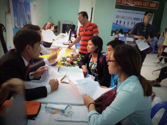 Người lao động tìm việc tại một sàn giao dịch việc làm ở TP HCM Ảnh: DUY QUỐC