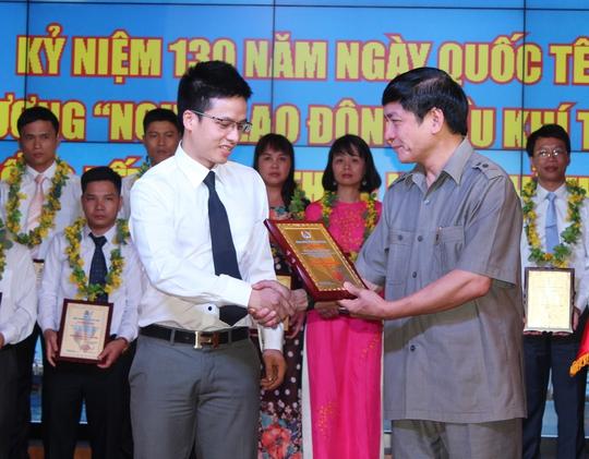 Ông Bùi Văn Cường - Ủy viên Trung ương Đảng, Chủ tịch Tổng LĐLĐ Việt Nam - trao biểu trưng cho lao động tiêu biểu năm 2016