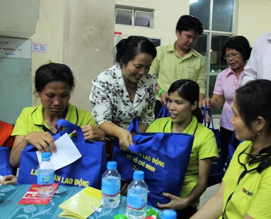 Bà Trần Kim Yến, Chủ tịch LĐLĐ TP HCM, tặng quà cho công nhân khó khăn quận Tân Bình, TP HCM