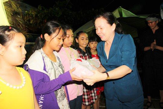 Bà Nguyễn Thị Bạch Yến - Chủ tịch LĐLĐ quận Gò Vấp, TP HCM - trao quà trung thu cho con CNVC-LĐ. Ảnh: THANH NGA