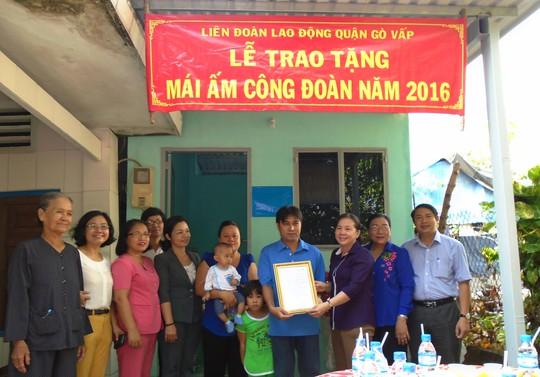"""Vợ chồng anh Nguyễn Văn Lực vui mừng nhận quyết định tặng """"Mái ấm Công đoàn"""" Ảnh: THI KIỀU"""