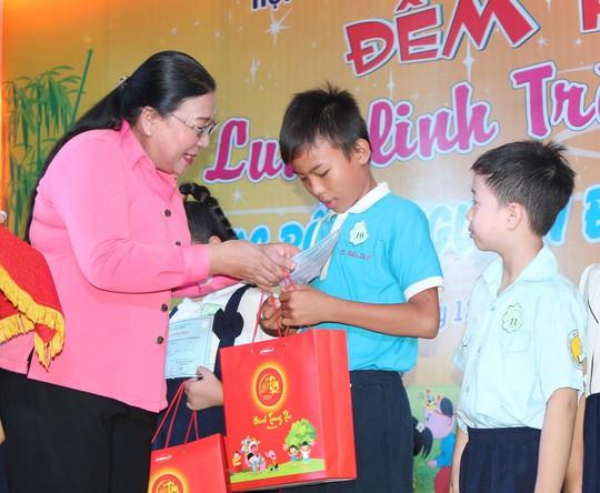 Bà Nguyễn Thị Bích Thủy, Phó Chủ tịch LĐLĐ TP HCM, trao học bổng và bánh trung thu cho con CNVC-LĐ Ảnh: THANH NGA