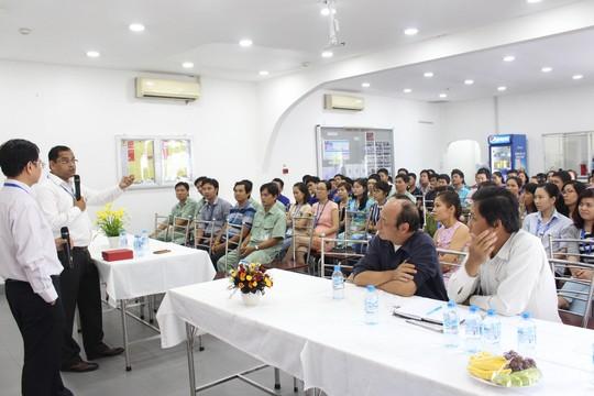 Ông Rajesh Kamat (cầm micro), Giám đốc công nghệ Công ty TNHH Sanofi Aventis Việt Nam, cảm ơn người lao động