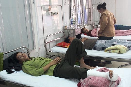Kiểm lâm viên Lê Anh Tuấn phải nhập viện điều trị sau khi bị lâm tặc hành hung Ảnh: Quang Nhật