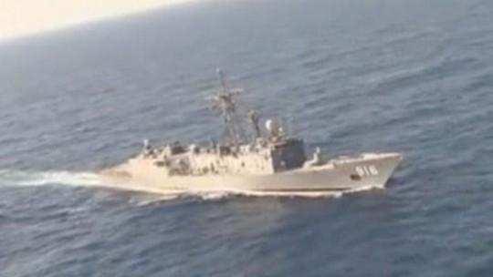 Tàu của quân đội Ai Cập tham gia tìm kiếm chiếc máy bay MS804. Ảnh: Reuters
