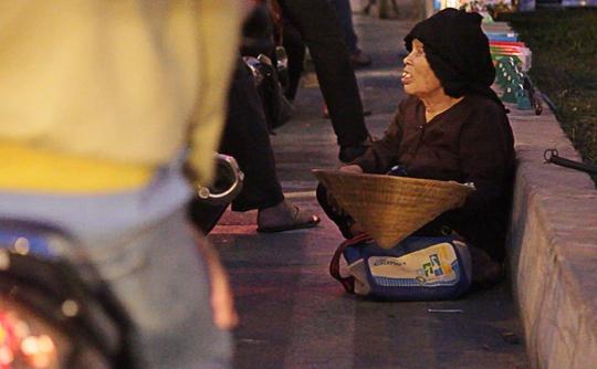 Xa lộ Hà Nội đoạn cầu vượt Cát Lái làđịa bàncủa một nhómăn xin. Trong ảnh là một bà lão ngồiăn xin dưới cầu vượt Cát Lái.