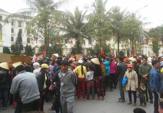 Người dân Sầm Sơn vây kín cổng trụ sở Tỉnh ủy Thanh Hóa ở đường Hà Văn Mao để phản đối việc thu hồi bãi biển Sầm Sơn vào chiều ngày 3-3