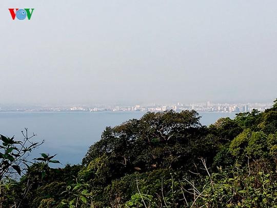 Từ núi Sơn Trà có thể phóng tầm mắt ngắm thành phố Đà Nẵng phía xa xa, như dải lụa nằm bên bờ biển Đông. Chắn chắn, cảnh sắc tuyệt vời sẽ tạo ấn tượng khó quên trong mỗi du khách xa gần.