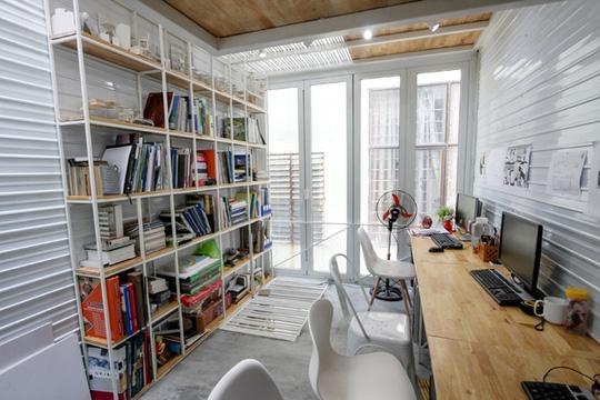 Toàn bộ đồ dùng trong nhà như kệ sách, bàn làm việc,... đều được thiết kế mỏng, hẹp và kê sát tường