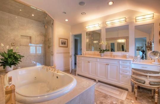 Phòng tắm đáng mơ ước bao phủ bởi màu trắng tinh tế và nội thất cao cấp.