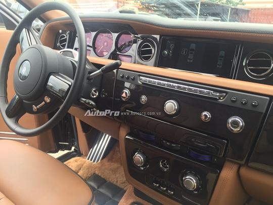 Hệ thống bảng điều khiển trung tâm của hàng ghế lái trên Rolls-Royce Phantom EWB.