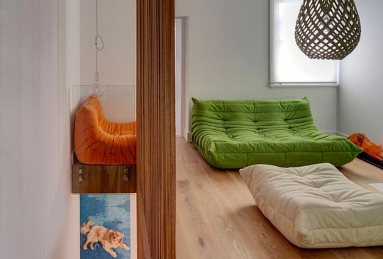 Phòng ngủ đơn giản nhưng được nhấn nhá bởi các màu khác biệt so với tổng thể chủ đề của căn hộ nên không bị nhạt nhòa, nhàm chán.