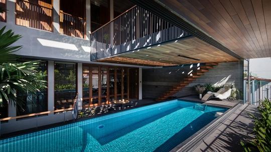 Bể bơi không quá rộng nhưng vô cùng tiện nghi và đẹp mắt.