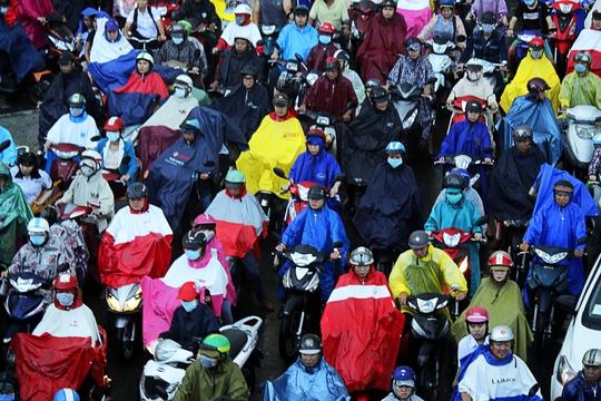 Hằng ngàn người mệt mỏi chờ đợi, chen chúc dưới cơn mưa.