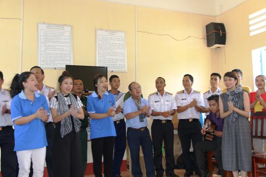 Đoàn công tác gồm đại biểu UB MTTQ Việt Nam và cán bộ TP HCM đã thăm, tặng quà cho người dân sinh sống trên quần đảo Nam Du - quần đảo cực Nam của Tổ quốc