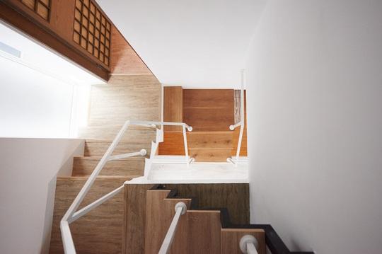 Cầu thang nhỏ gọn nhưng rất dễ đi.