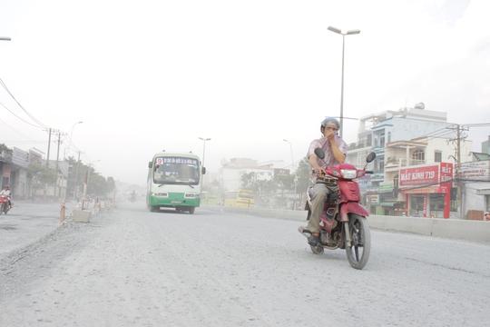 Phần đường Kinh Dương Vương đã bị bỏ dở sau khi rải lớp đá dăm, đất cát cao gần 1m. Mỗi khi gió mạnh thổi hoặc có xe lớn đi qua sẽ kéo theo một lớp bụi dày khiến tầm nhìn rất hạn chế, lưu thông hết sức khó khăn.