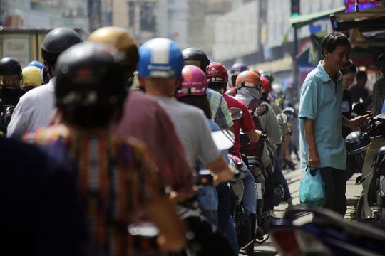 Người đi bộ di chuyển khó khăn vì bên trên vỉa hè bị lấn chiếm, bên dưới lòng đường thì xe cộ kẹt cứng.