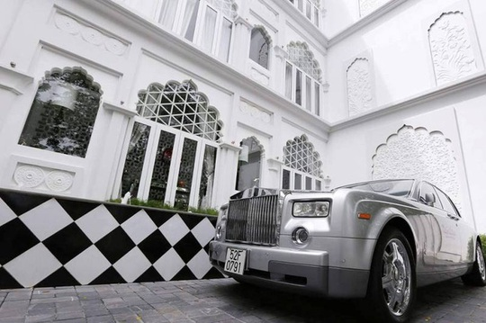 Chiếc xe siêu sang của ông Hoàng Khải bên trong lâu đài trắng.