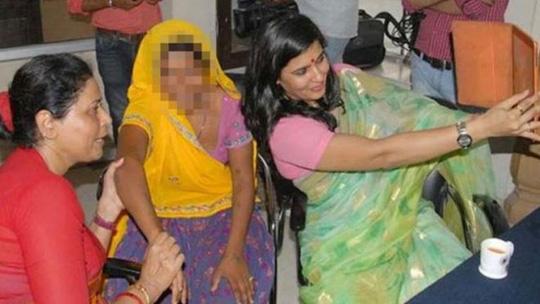 Bức ảnh tự sướng gây phẫn nộ của bà Somya Gurjar. Ảnh: Narayen Bareth
