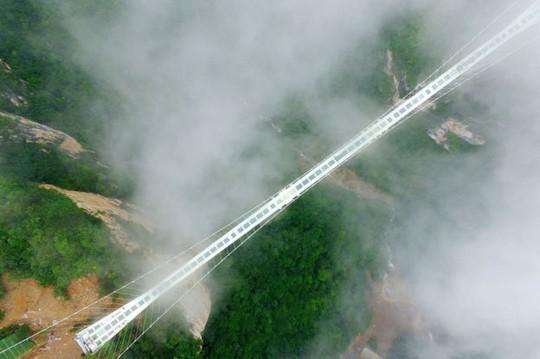 Một cây cầu kính khác bắc qua hẻm núi tại công viên Trương Gia Giới. Ảnh: AP