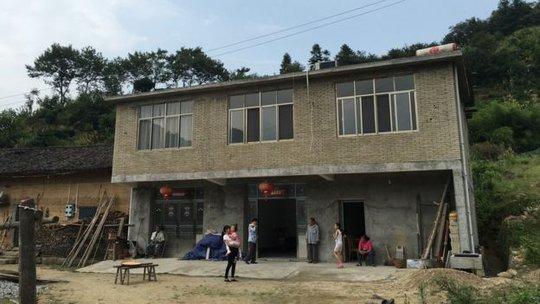 Căn nhà mới xây của ông Xiong vẫn không thể thuyết phục được các cô gái làm vợ ông. Ảnh: BBC