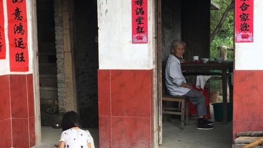 Phụ nữ thường rời làng, đến thành phố lớn sinh sống. Ảnh: BBC