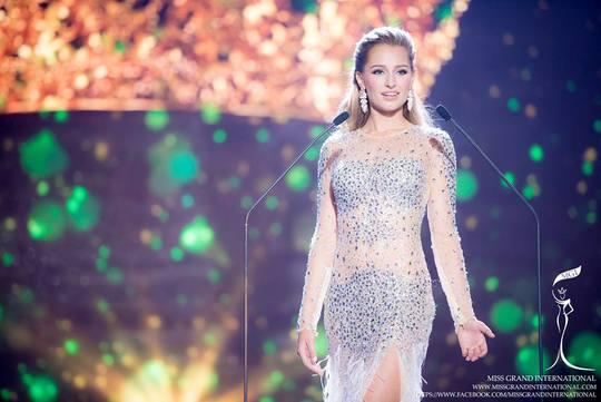 Người thay vị trí của cô là Á hậu 1 Claire Elizabeth Parker đến từ nước Úc