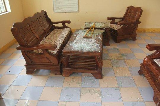 Kính ở chiếc bàn tại trụ sở TAND tỉnh Quảng Nam bị đập vỡ nát Ảnh: HIẾN TÙNG