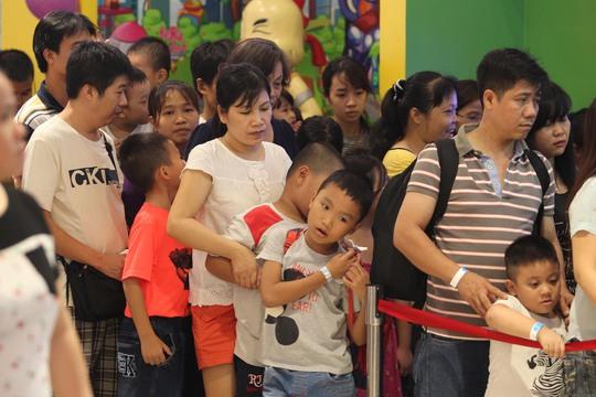 Rồng rắn xếp hàng ở khu vui chơi trong các trung tâm thương mại là hình ảnh dễ thấy trong ngày 2-9