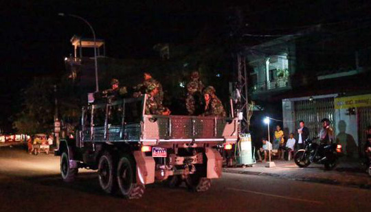 Một chiếc xe tải của Các lực lượng Vũ trang Hoàng gia Campuchia trên đường đến trụ sở đảng đối lập CNRP tối ngày 12-9. Ảnh: SBN