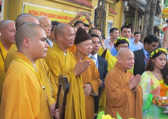 Đại diện Trung ương Giáo hội Phật giáo Việt Nam chờ đón Thủ tướng Modi