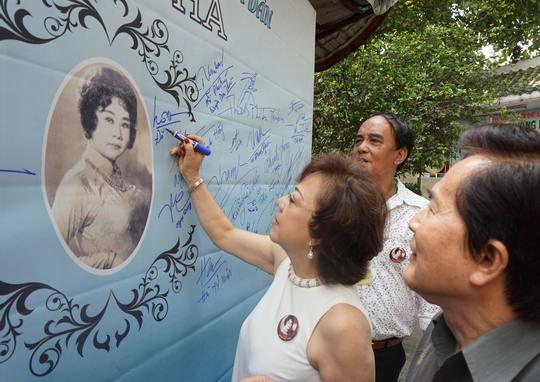 Vợ chồng NS Hoài Thanh - Đỗ Quyên ký tên lưu niệm trên bảng Tưởng nhớ công ơn NSND Phùng Há