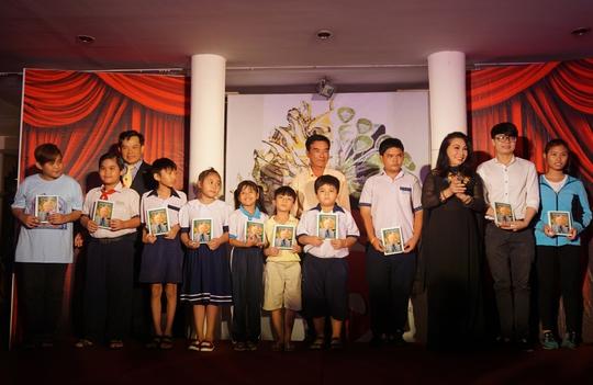 NSND Bạch Tuyết, nhạc sĩ Trương Minh Châu và đại diễn khách sạn Oscar trao học bổng NSND Viễn Châu cho con em nghệ sĩ nghèo và công nhân hậu đài