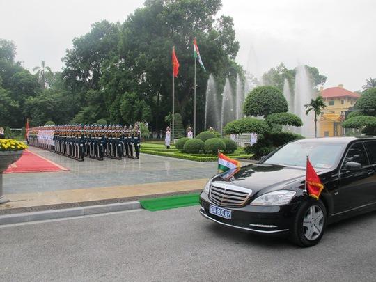Xe chở Thủ tướng Ấn Độ tiến vào Phủ Chủ tịch