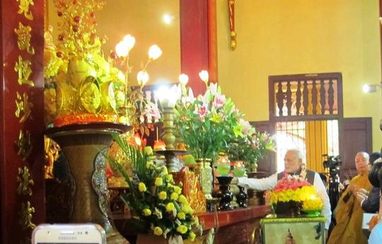 Ông thắp hương dâng lên ban thờ Phật