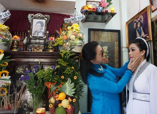 NSND Bạch Tuyết chuẩn bị trang phục cho NSƯT Mỹ Hằng trước khi cô diễn vai Kiều Nguyệt Nga trong chương trình tưởng niệm cố NSND Phùng Há