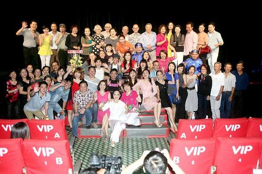 Hơn 30 diễn viên và các thầy cô trường Nghệ thuật sân khấu II hội ngộ tại rạp Công Nhân