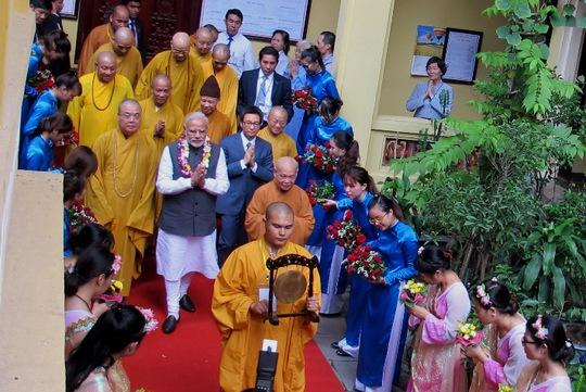 Thủ tướng rời chùa lúc 14 giờ 30 để tham gia các hoạt động tiếp theo