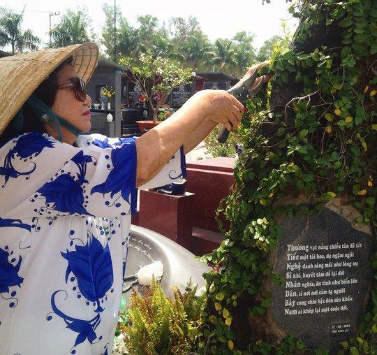 NSND Kim Cương dành thời gian cắt tỉa cây xanh chung quanh ngôi mộ của mẹ - cố NSND Bảy Nam