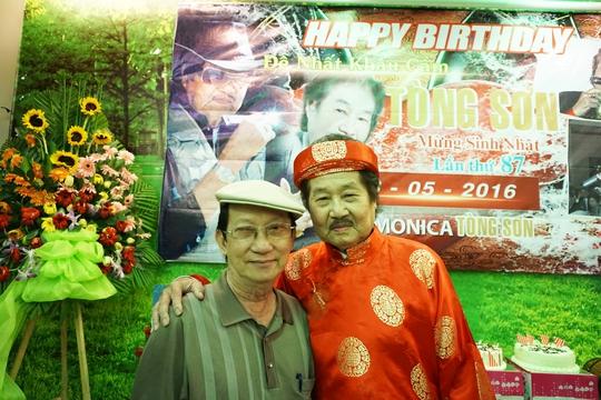 Nhạc sĩ Bảo Thu đến chúc mừng sinh nhật NS Tòng Sơn