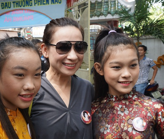 Ca sĩ Phi Nhung đưa các con đến thắp hương cố NSND Phùng Há