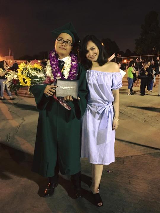 Kim Tuyền và chị - Ca Dao trong ngày tốt nghiệp trung học tại Mỹ