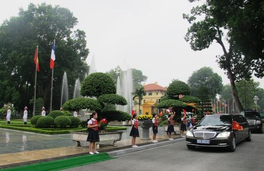 Xe Tổng thống Pháp tiến vào Phủ Chủ tịch