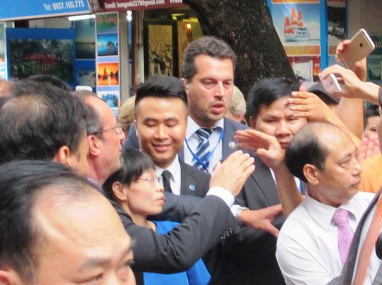 Nhiều người cố gắng bắt tay Tổng thống xuyên qua hàng rào an ninh