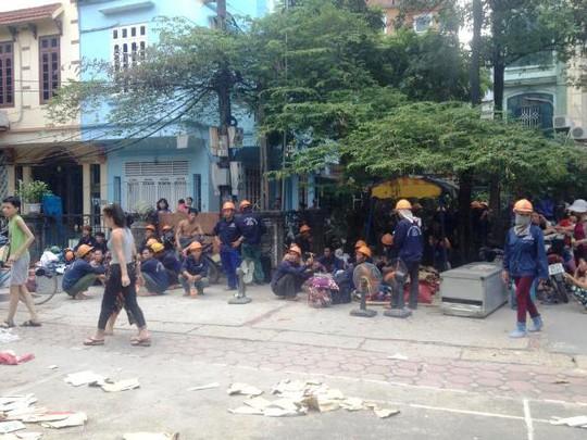 Các công nhân tháo chạy ra bên ngoài khu vực cháy