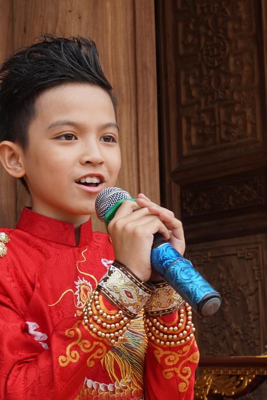 Ca sĩ nhí Quách Phú Thành đại diện thế hệ trẻ phát biểu cảm tưởng trong ngày khánh thành Đền thờ Tổ