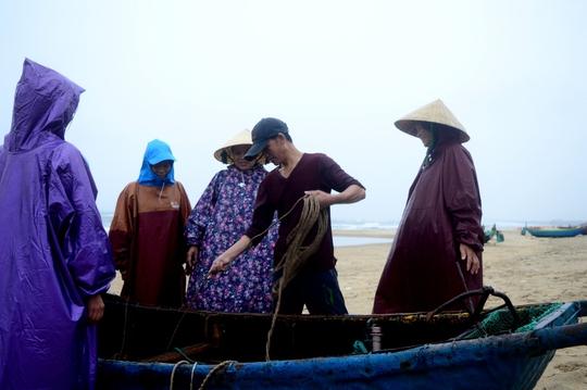 Một thuyền của ngư dân được cứu hộ vào bờ an toàn